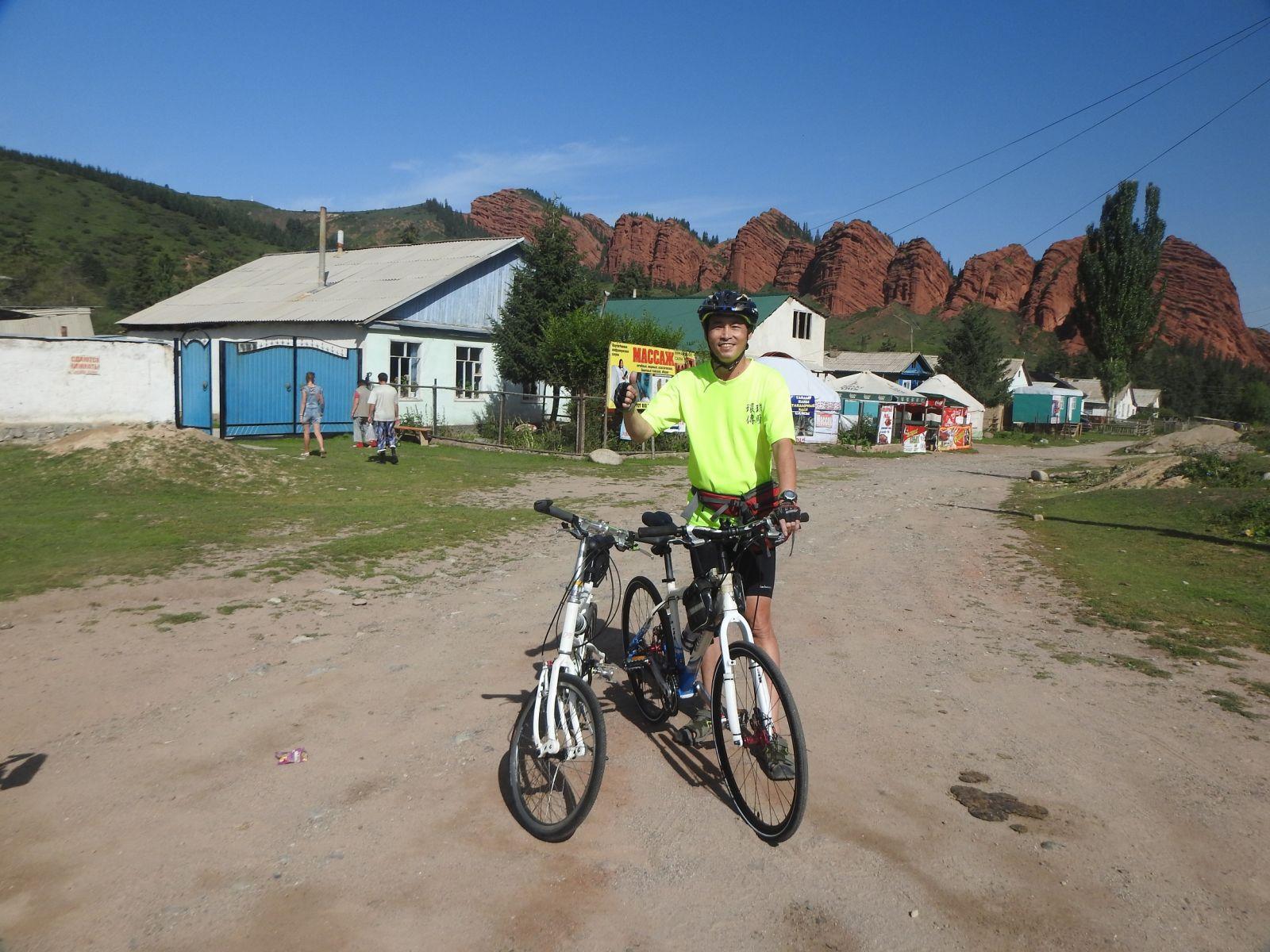 陳守忠騎單車看世界,圖為他在吉爾吉斯。陳守忠提供