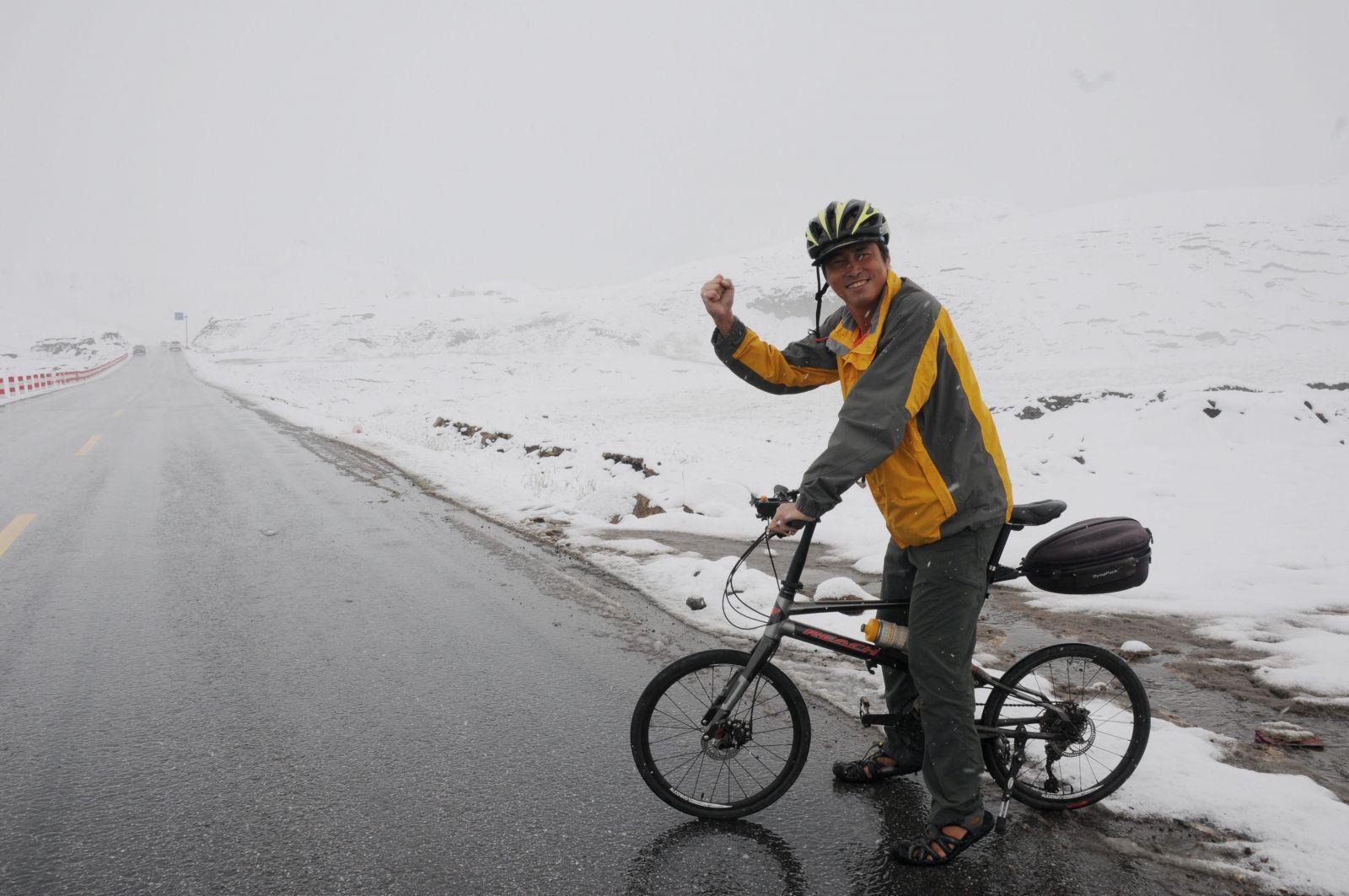 陳守忠今年完成二度單車環球壯舉,圖為2014年8月他遇上祁連山口大雪。陳守忠提供