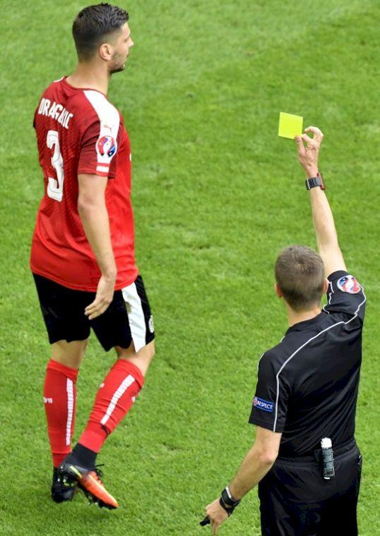 奧地利後衛兩黃一紅出場,球隊爆冷不敵匈牙利。(AFP)