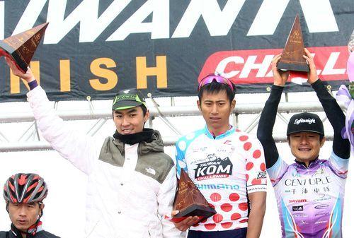 臺灣前三名選手馮俊凱(右二)、王胤之(左二)、范永奕(右)。(中華自行車騎士協會提供)