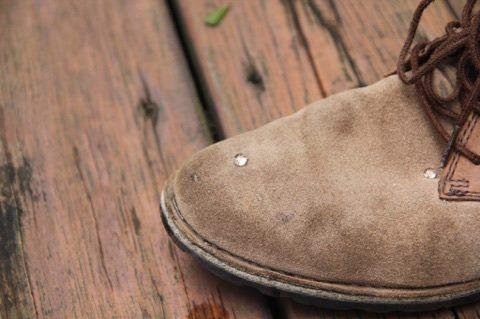 噴過「NewClean新可靈奈米長效保潔劑」的鞋子有明顯抗水效果。