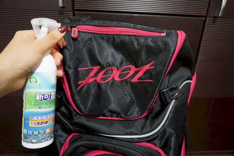 李詹瑩親自示範將新可靈噴到背包上。