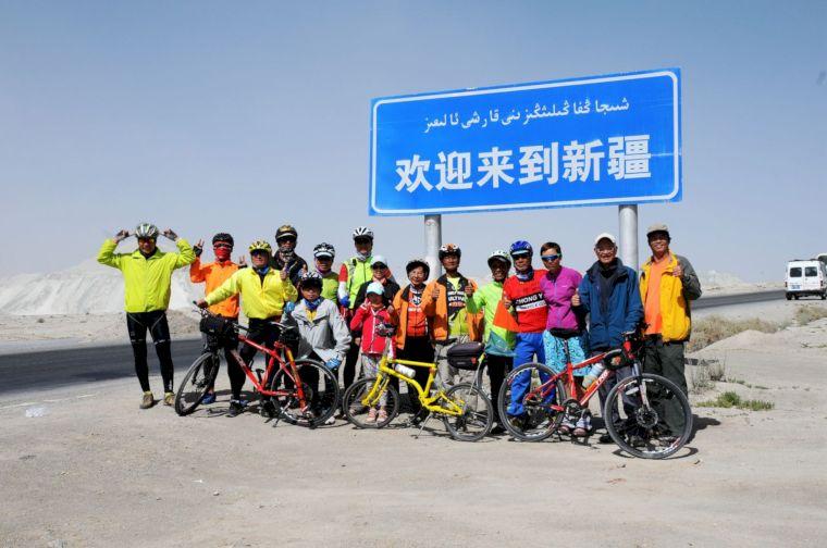 幫助更多人完成單車環球夢想,是陳守忠(右一)近年的重心。陳守忠提供