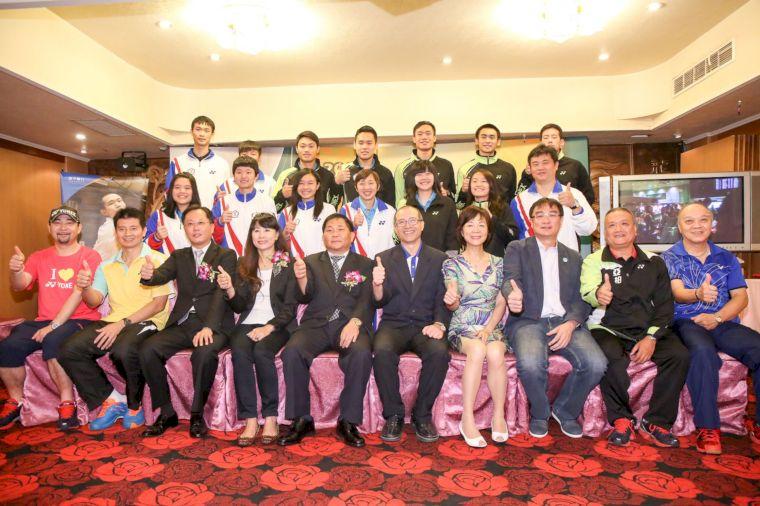 參加亞青U19羽賽的台灣小將與貴賓們合照(中華羽協提供)