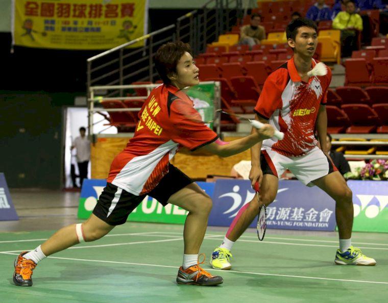 亞柏混雙賴佳玟(左)曾敏豪殺退強敵拿下冠軍(李天助攝)
