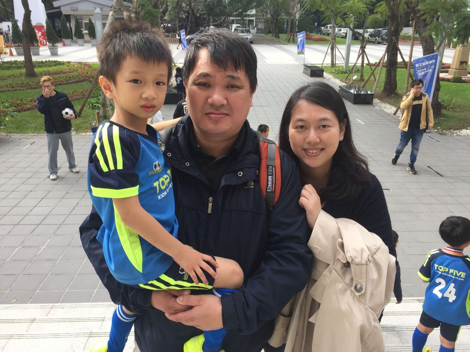 陳祐寬(左1)由爸爸、媽媽陪同參賽,別看他個頭小小,運動神經可是一級棒的。