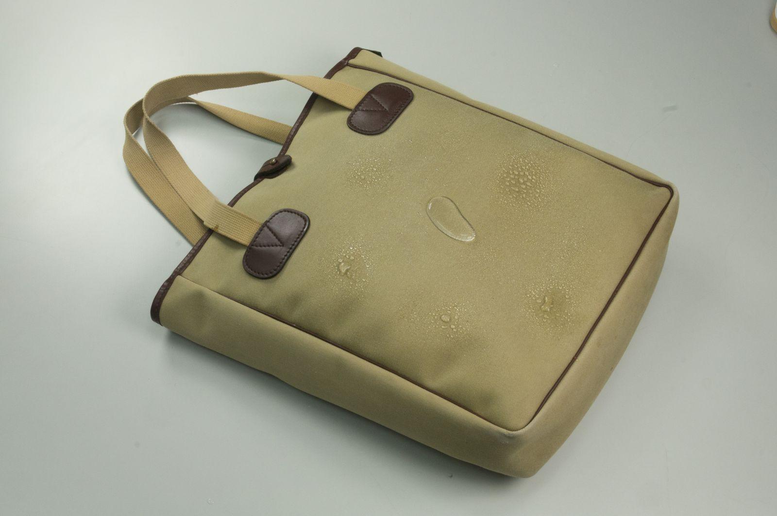 噴上新可靈,包包就可以防水、抗菌的效果。麗台提供