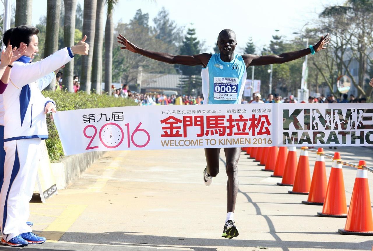 肯亞好手在金門馬拉松男、女全馬組金包銀。圖/中華民國路跑協會提供
