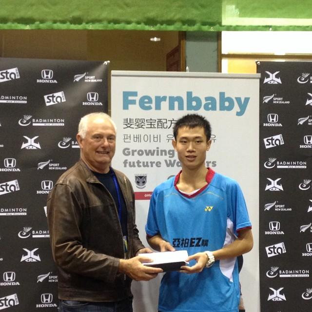 參加國際賽獲生涯首冠的男單呂家弘接受頒獎(呂家弘提供)