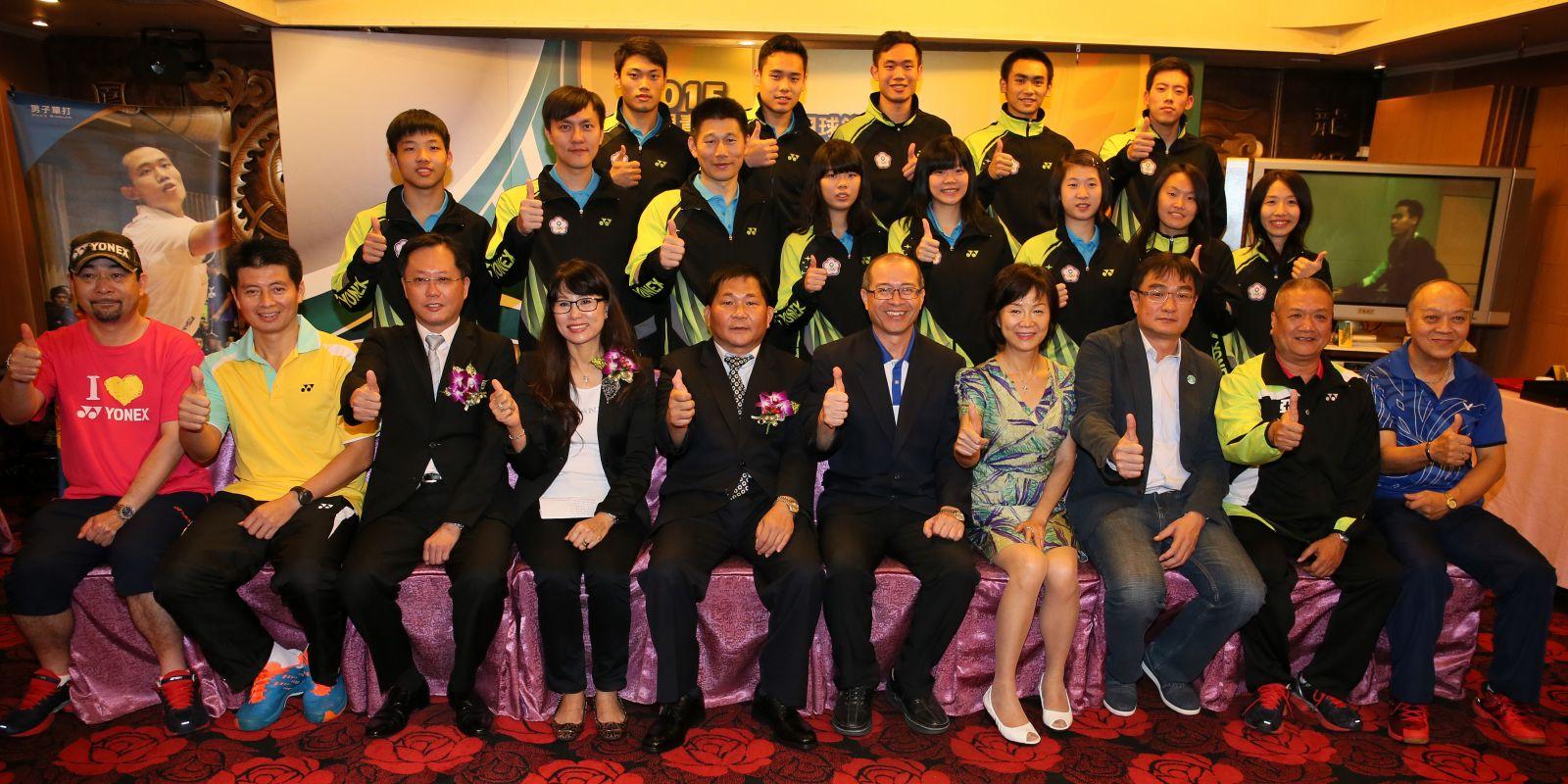 於世青羽賽混團獲銅的台灣小將們與出席貴賓合影(李天助/攝)