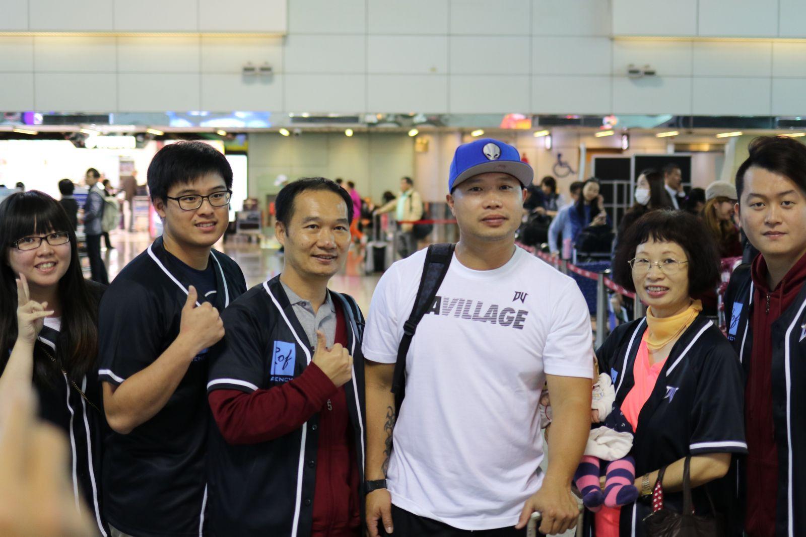台灣小將呂家弘在慶功宴上開心展現世青羽賽男單金牌(李天助/攝)