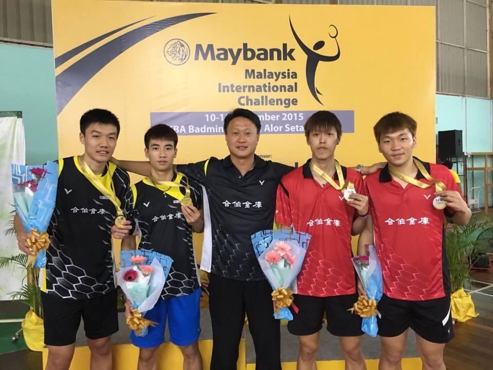 教練李維仁(中)率領林家佑、巫孝霖、李哲輝、李洋(由左至右)包辦大馬挑戰賽男雙冠、亞軍(林家佑提供)