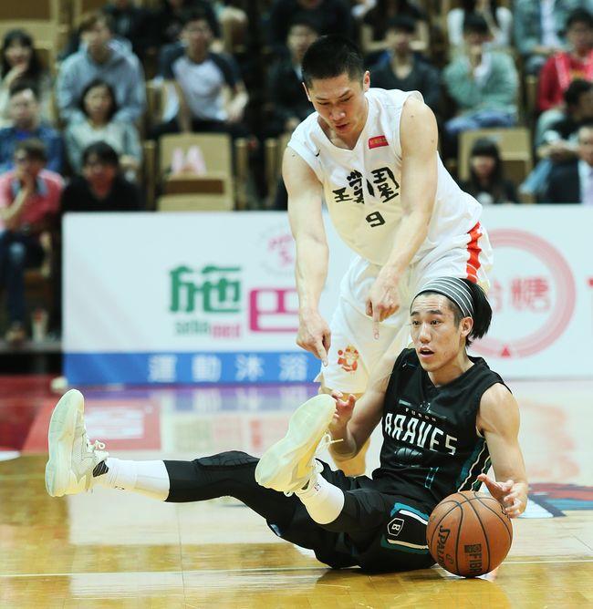 富邦林書緯(右)奉獻9分12籃板9助攻。(李天助/攝)